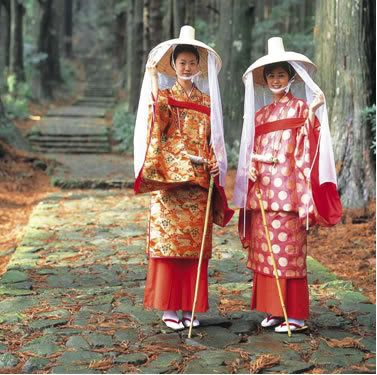 2 women dressed in traveling junihitoe