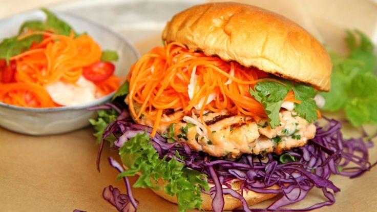 Grillet lakseburger med sursøte grønnsaker og chilidressing