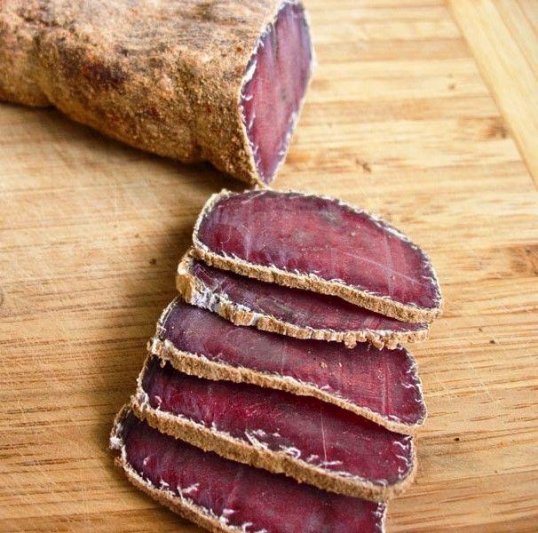 Бастурма – это вяленая вырезка в специях. Рецепт бастурмы характерен для турецкой, армянской, азербайджанской, среднеазиатской кухни. Традиционный рецепт приготовления бастурмы преимущественно использует говяжье мясо. Мышечные волокна в нем грубее, чем в свинине или баранине, а тонкий слой говяжьего жира делает бастурму вкуснее и привлекательнее. Поэтому используем только внешнюю поясничную мышцу вместе с подкожным жиром из […]