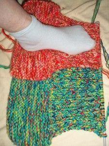 Moi je les ai baptisés CHAUSSOTTES Chaussons + Bouillottes Et voilà un schéma ( en cm) du travail à faire : Note: Quand j' ai des PAIRES de pièces à tricoter, et quand ces pièces ne sont pas trop grandes , je fais un double montage sur mon aiguille et...