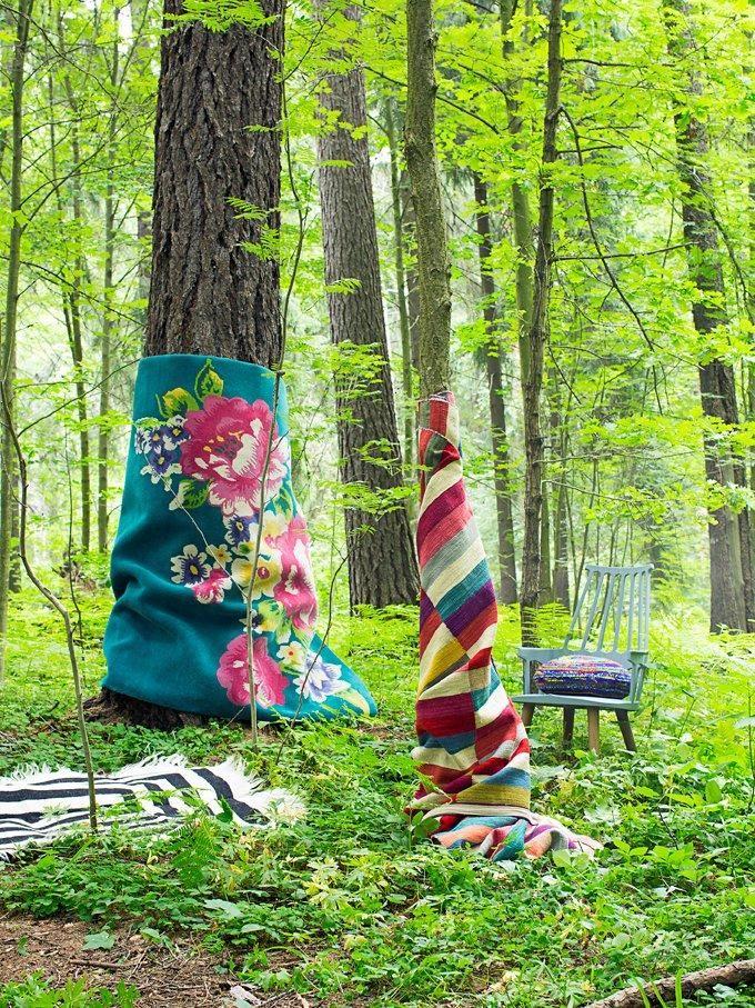 Aidoista materiaaleista kudotut matot toistavat satumetsän sävyjä ja kuvioita. Photo Anna Huovinen.