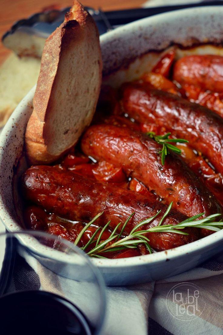 Prueba a sustituir las clásicas salchichas frescas a la parrilla por este sabroso y fácil asado de salchichas con salsa de tomates cherry. ¡Por menos de 7€!