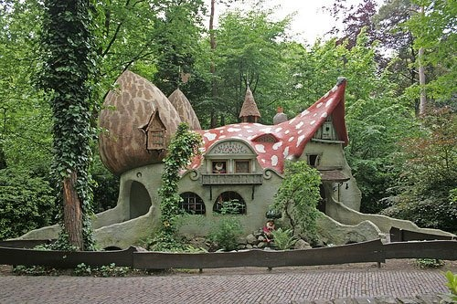 a steampunked toadstool: Magic Mushrooms, Little Houses, Gnomes Home, Fairies Home, Fairyt Houses, Fairies Houses, Houses Design, Mushrooms Houses, Fairies Tales