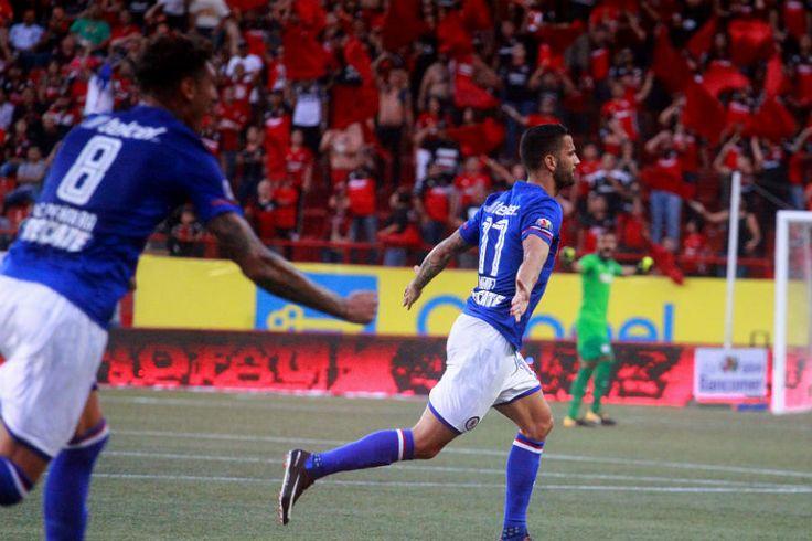 • Cruz Azul sorprendió a Xolos en Tijuana con doblete de su refuerzo Edgar Méndez; Rayados y Monarcas abrieron el Apertura 2017 con un gris empate a 0.