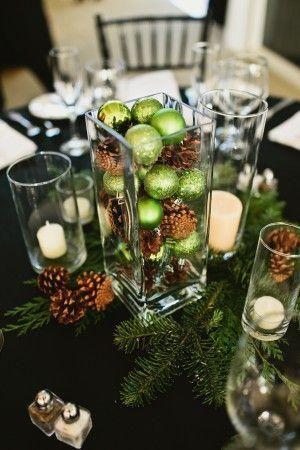 Sencillo centro de mesa navideño con piñas de pino y bolas. #DecoracionNavidad
