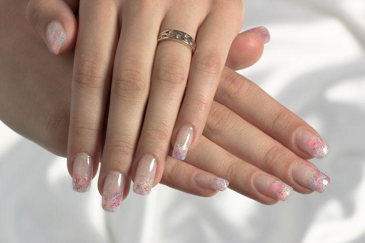 Iti prezentam un model de unghii roz, pe care trebuie sa il incerci in aceasta vara. Pentru sezonul estival opteaza pentru manichiuri pastelate, precum acest model de unghii cu roz si bleu.