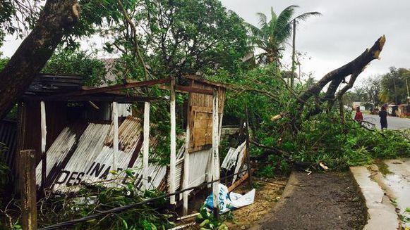 Gepind: 03/05/17. 11/03/17. De tropische storm Enawo die eerder deze week over Madagaskar is getrokken, heeft aan 38 mensen het leven gekost. Dat melden de autoriteiten op het eiland in de Indische Oceaan. Enawo, die oorspronkelijk als een cycloon gecategoriseerd was, kwam dinsdag in het noordoosten van het eiland aan land. Meer dan 10.000 mensen moesten worden geëvacueerd.  Madagaskar heeft regelmatig af te rekenen met stormen en cyclonen. In 2012 eisten cycloon Giovanna en storm Irina 112…