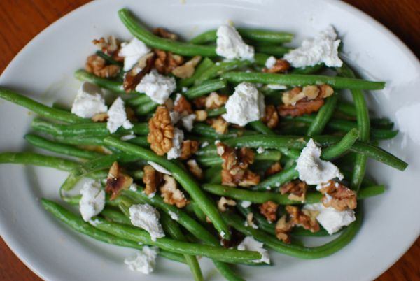 Green beans salad with walnuts and goats cheese