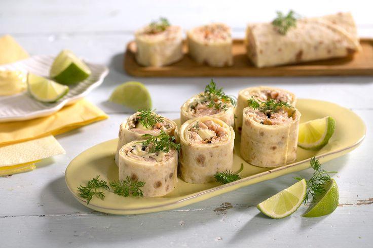 Den krydrede og syrlige smaken av dijonnaise er som skapt for varmrøkt laks, og smaken blir komplett når kombinasjonen serveres i en lefse. Sjekk den enkle oppskriften her.