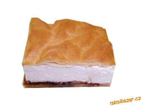 Na plech dáme pečící papír, (můžeme papír trochu namočit, aby nám při nanášení krému sušenky necesto...