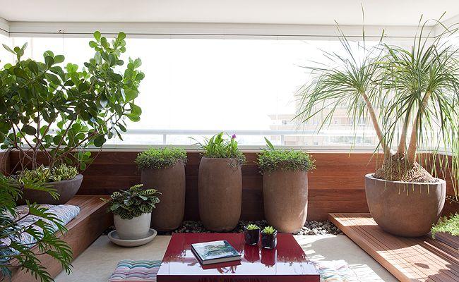 A madeira, usada para revestir o guarda-corpo e criar os dois patamares, aqueceu a varanda. Já a mesa, de laca, traz cor ao ambiente