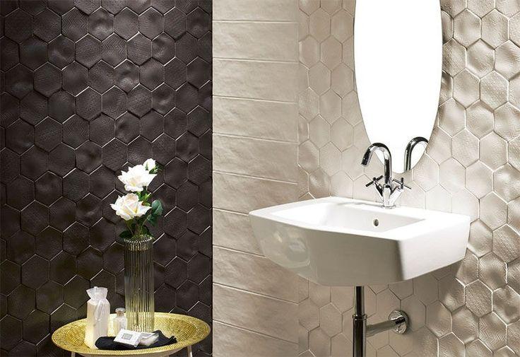 Badezimmer Fliesen Ideen installieren 3D Fliesen zu hinzufügen Textur, Ihr Bad / / diese Fliesen haben unterschiedliche Muster eingeprägt auf ihrer unebenen Flächen Textur auf zwei Arten erstellen, und fügen Sie einen raffinierten Kontrast zwischen Schwarz und weiß in den Raum.