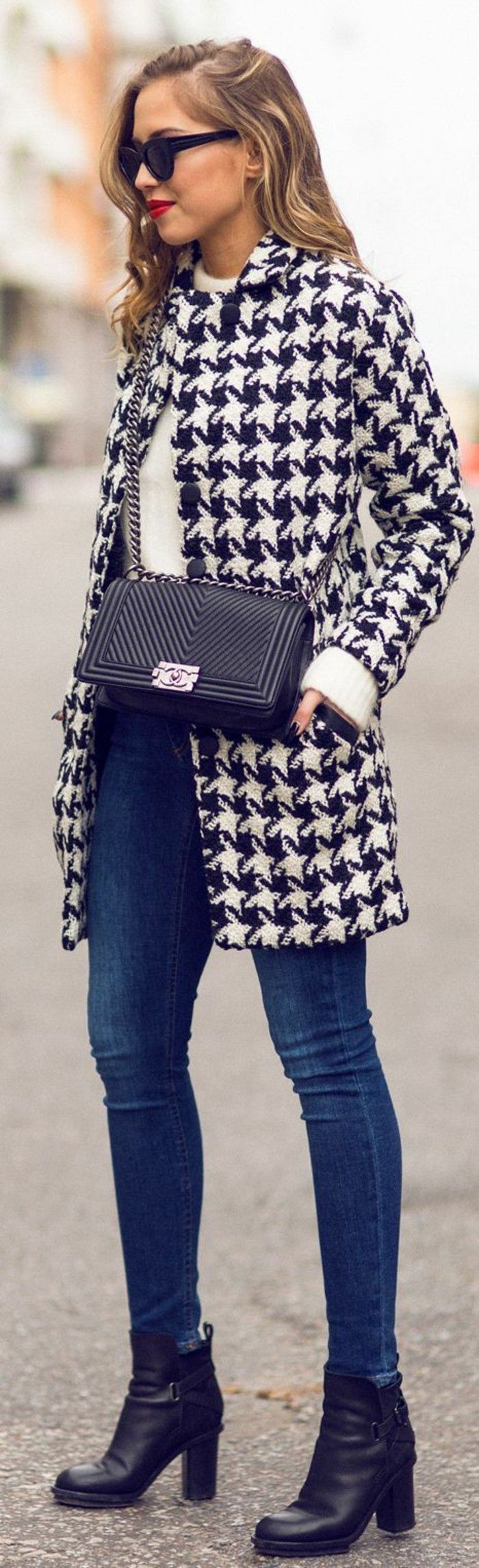 un manteau cintré femme à coupe élégante, un petit sac à rabat, une élégance intemporelle