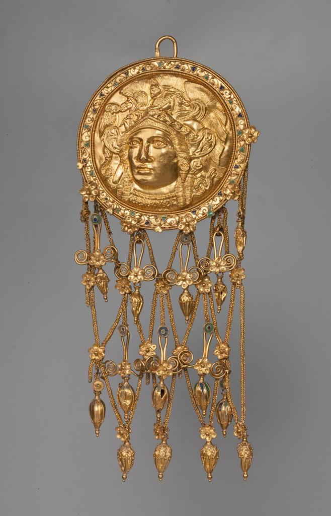 Túmulo de Kul-Oba. Colgante con la cabeza de la Atenea repujada. Pequeños toques de esmalte y cadenas de hilos. Siglo IV a. C.