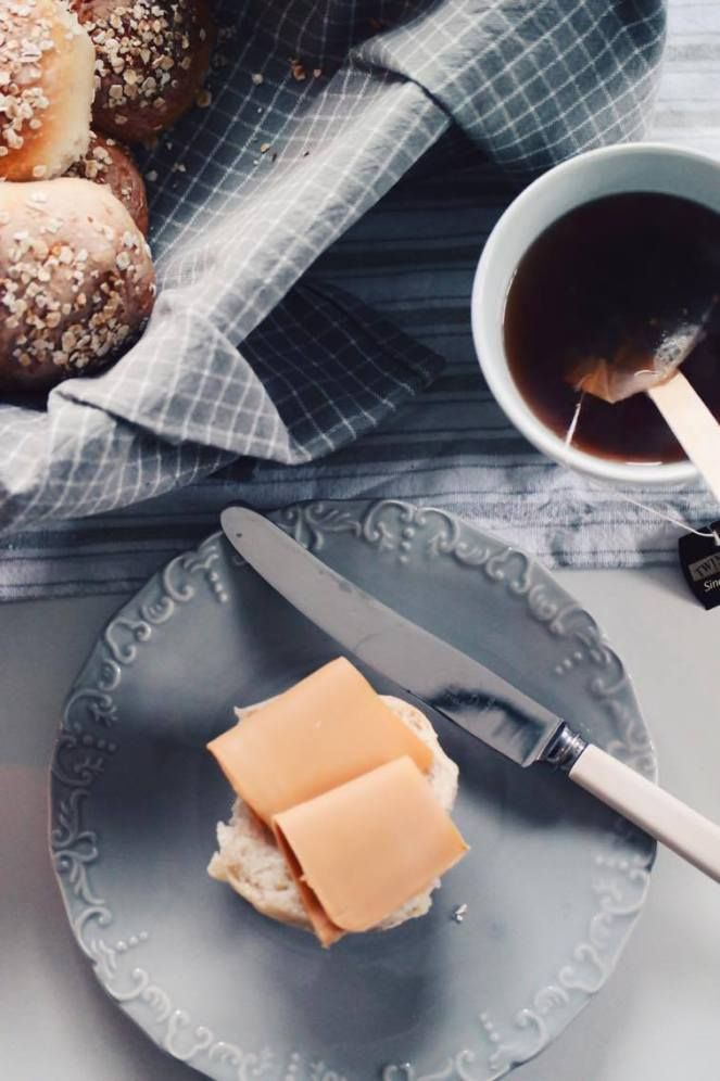 Frokost er en god start på en god dag; bra for kroppen og bra for hjernen! I manko på brød fra butikken, ble det en god løsning med rundstykker. Satte gjærdeigen igår, rulla rundstykker, lot de hvi…