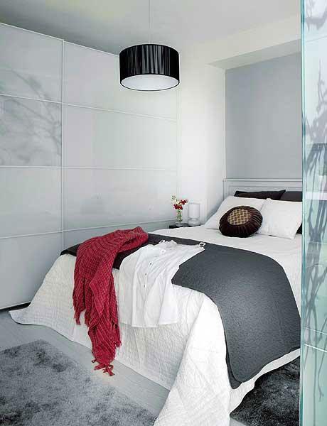 deco chambre adulte grise. Couleur peinture murale grise, linge de lit blanc, cloison imitation marbre gris et plaid rouge en contraste