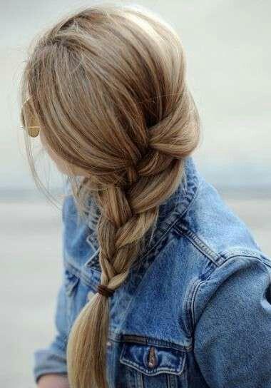 Linda trenza de lado con un poco de   suelto cabello mediano