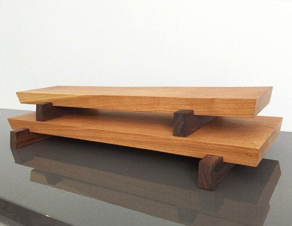 Sushi de madera de cerezo maciza / queso / pan / embutidos la junta grande o pequeño. Grandes 19 pulgadas de largo 6 1/2 pulgadas de ancho 2 pulgadas de alto Tablero pequeño 18 1/4 pulgadas de largo 4 1/4 de ancho 2 pulgadas de alto Construido con la calidad de reliquia y diseñado con un look moderno/rústico en mente, esta pieza se verá muy bien con cualquier decoración. Las líneas rectas limpias combinadas con la bella textura natural de la madera hacen ...
