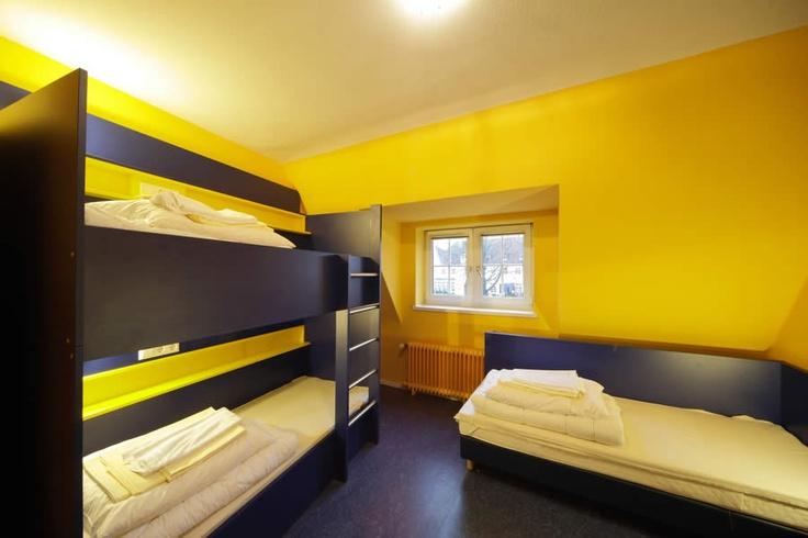 Beispiel: 3-Bett Zimmer mit Gemeinschaftsbad im Bed'nBudget Hostel Hannover  Hildesheimer Straße 380  30519 Hannover  Tel.: 0511 / 12 611 504  Fax: 0511 / 12 611 511  E-Mail: reservation@bednbudget.de  www.bednbudget.de