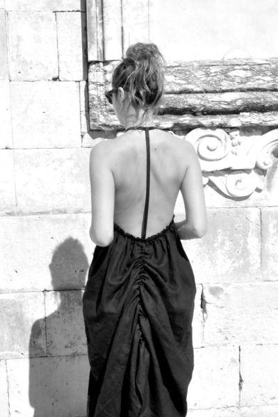 Po porte : une robe longue dos nu en lin noir : LE VESTIAIRE DE JEANNE