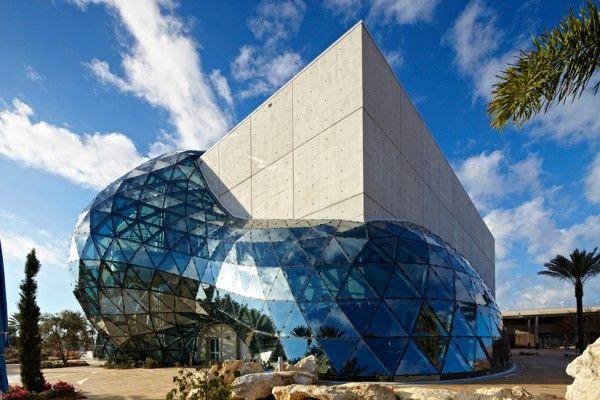 Le Salvador Dali Museum de St. Petersburg (USA) Construit pour résister à des tempêtes de catégorie 5 (c'est beaucoup), ce bâtiment abrite, avec pas moins de 96 toiles, la plus grande collection au monde de l'artiste espagnol. On doit se musée à l'industriel A. Reynolds Morse, proche de Dali et Gala, qui commença sa collection dans les années 40. Bon, après vaut mieux aimer Dali.