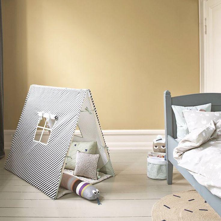 Gestreepte kids tent in warme kinderkamer - bekijk en koop de producten van dit beeld op shopinstijl.nl