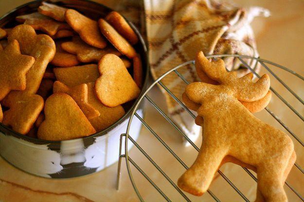 Con le feste che si avvicinano vi mostreremo le migliori 10 ricette dallo zenzero alla cannella per preparare i biscotti di Natale. I biscotti sono dei deliziosissimi dessert che potete adattare a tante situazioni diverse: colazione, merenda oppure da servire insieme ad un amaro a fine pasto. Per le feste di Natale, i biscotti non possono mancare in casa. Infatti l'ambiente profumerà di dolci e potete servirli ai vostri ospiti. Proprio per l'occasione potete sbizzarrirvi preparandoli a…