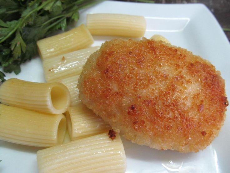 Куриный фарш, яйцо, соль, хлебные крошки, сливочное масло.