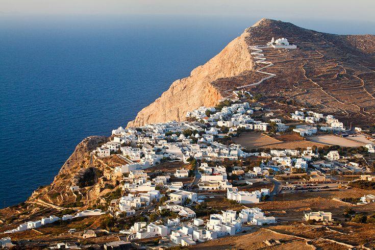 Η Φολέγανδρος με τα απίστευτα μονοπάτια για περπάτημα, τα πανέμορφα τοπία και τις ονειρεμένες παραλίες σας περιμένει για να σας προσφέρει την ασύγκριτη φιλοξενία της.