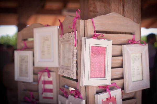 20 tra i più belli tra tableau de mariage ed escort cards, tutti da copiare. Cornici, casse di legno, mappe e molte altre idee.