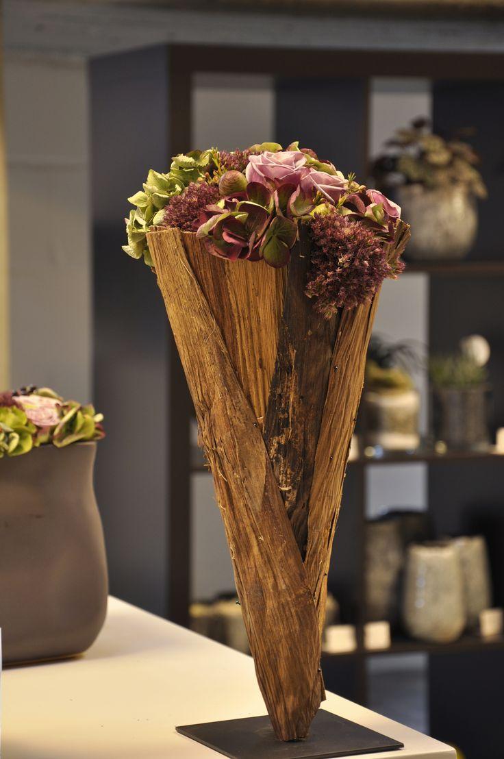 tabloovivant bloemen roeselare : konische vorm op voet afgewerkt met bloemen