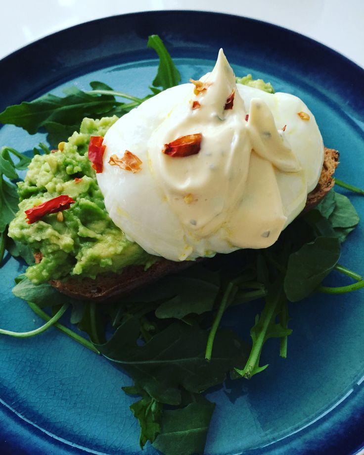 Avokado toast & Benedict egg with bearnaise & chili