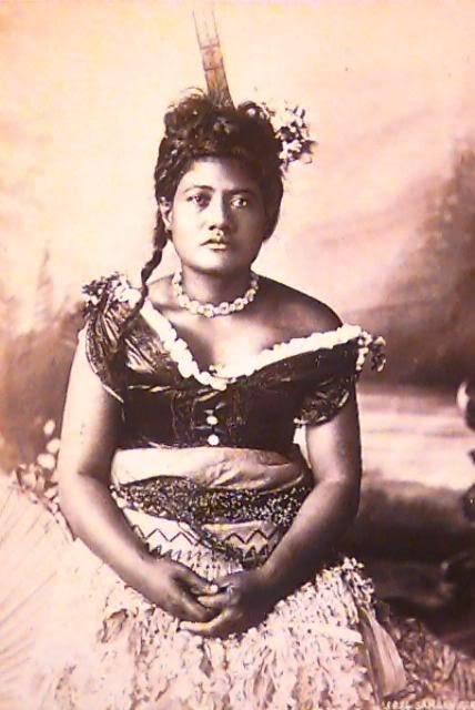 Samoan taupou wearing a selu tuiga and fine mat