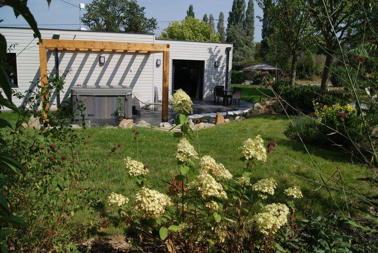 Situé à env. 20 km de Nantes, à proximité du Canal de Nantes à Brest, ce gîte tout confort à ossature bois offre un cadre calme et verdoyant, idéal pour se ressourcer. Charmant jardin ombragé de 500 m² clos, et terrasse avec spa inclus.