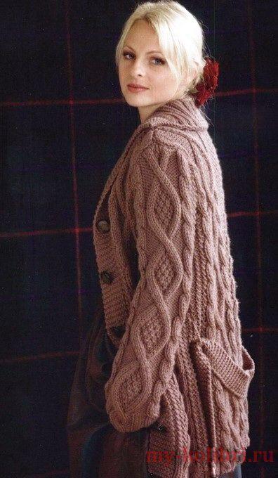 Как связать модное пальто спицами с рельефным узором, косами и аранами: схема и…