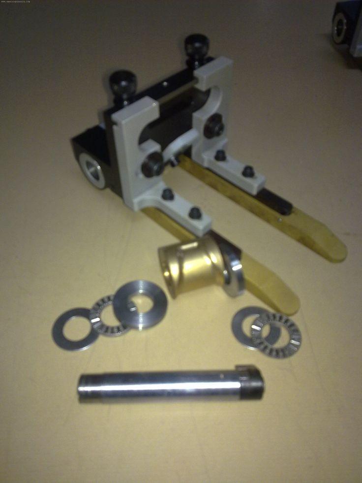 Dispositivo para rebajado de punta y lados de cinturones, para maquina de dividir preparada para fabricación de cinturones ensamblados.