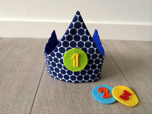 Handleiding kroon volgens handmade mieke.      Achteraan sluit de kroon met velcro, gemakkelijk aanpasbaar als je kindje groeit, meerdere ja...