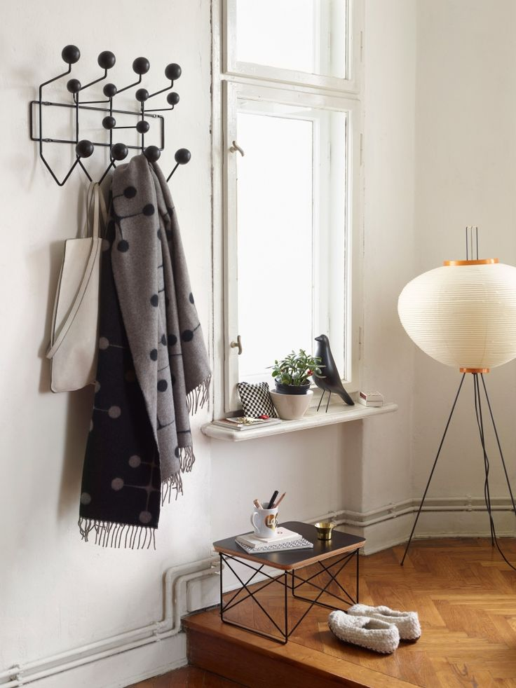 Es wird wieder kalt! Dank der Vitra Hang it all Garderobe Black Collection hast du aber genug Platz für all deine Jacken, Schals und Mützen! http://www.flinders.de/vitra-hang-it-all-garderobe-black-collection