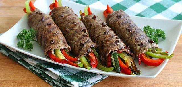 サーロインステーキやフランクステーキで野菜を巻いて食べるロールステーキのレシピです。バルサミコ酢や赤ワインで作るさっぱりとしたソースでいただくお肉は最高ですよね♡これからの時期、BBQ料理としてもおすすめです。 (2ページ目)