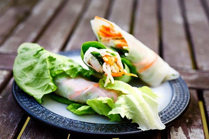 Vietnamese lenterol (Goi Cuon) | Puur Eten     8 rijstvellen     50 gram rijstnoedels (koken volgens de verpakking)     klein handje pinda's, fijngehakt     een grote wortel     16 garnaaltjes     100 ml rijstazijn     50 gr suiker     8 stengels Chinese bieslook     paar stengeltjes munt     paar stengeltjes Thaise basilicum     stukje komkommer (in kleine repen gesneden)     krop sla