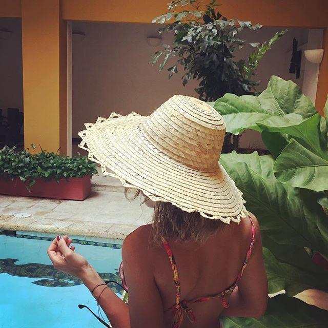 """""""No te debes preguntar, por qué te pones un sombrero? Lo que realmente debes preguntarte es: POR QUÉ NO?"""" John Galliano. #somoscolombia #sixihat #hat #fashion #enviosnacionales #sombrero"""