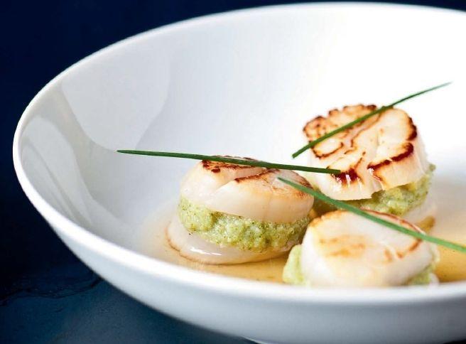 Een overheerlijke sint-jakobsnoten met broccolimousse, die maak je met dit recept. Smakelijk!