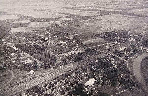Surabaya: Memperlihatkan daerah stasiun Gubeng dan Balai Yasa Gubeng di sisi tengah atas foto.