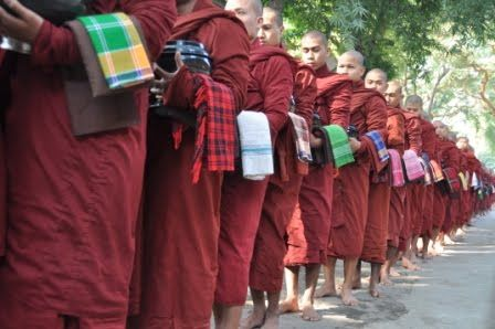 Oven på natbussen fra Yangon til Bagan tænkte vi, at det kunne være godt med lidt afveksling. Vi havde derfor i stedet bestilt en færgetur i dagslys på Ayeyarwady-floden. På hotellet fortalte de, at turen ville tage ca. 7 timer. Så vi regnede med, at vi kunne klare os med det vand og de kiks mm, som vi havde tilbage …