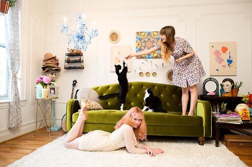 Super divano e tappeto peloso