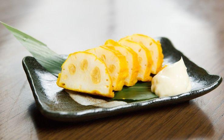 Карасирэнкон является национальной японской едой и особенно популярен на острове Кюсю. Это блюдо представляет собой жареный корень лотоса с соей, мукой и большим количеством горчицы. Горчицы так много, что она непременно ударяет в нос (японцы называют это ощущение «тсун»), поэтому есть карасирэнкон очень сложно… всё время хватаешься за нос и ищешь, чем бы запить это «лакомство», дабы не задохнуться.