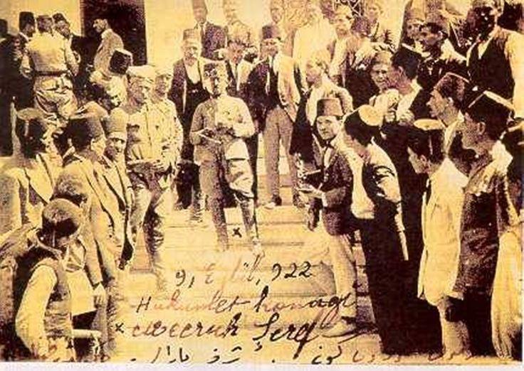 (Yüzbaşı Şerafettin İzmir'in Kurtuluş Günü Türk Bayrağı'nı Göndere Çektikten Sonra Hükümet Konağının Önünde) 9 eylül 1922