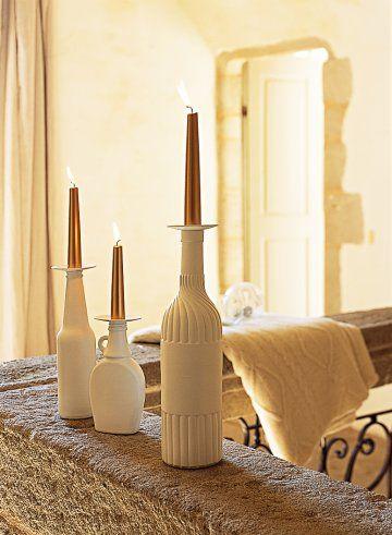 Bougeoirs réalisés avec des bouteilles peintes en blancs et pourvues de bobèches