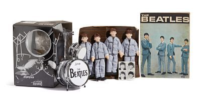 BEATLES-EFFEKTER  Fire dukker i tøy: Ringo Starr, George Harrison, John Lennon og Paul McCartney. Et magasin: The Beatles. Fire frimerker med motv av Ringo Starr, George Harrison , John Lennon og Paul McCartney.  Et Beatles trommesett: Drum Kit Miniature exclusive. I original eske.   PROVENIENS: Liv Greta Brem, Oslo Privat eie