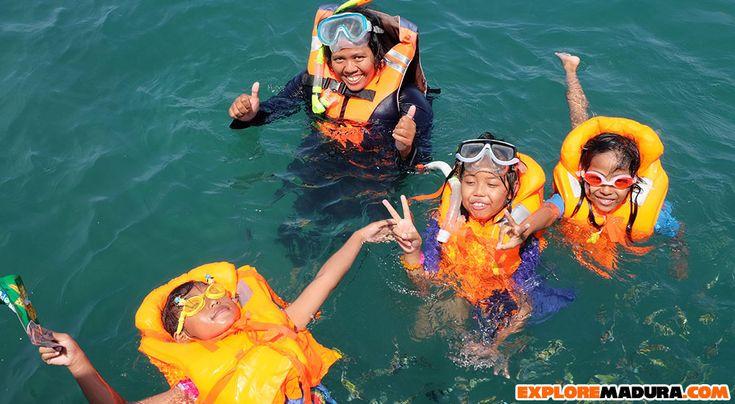 Aktivitas snorkeling di Gili Labak, aman untuk anak-anak